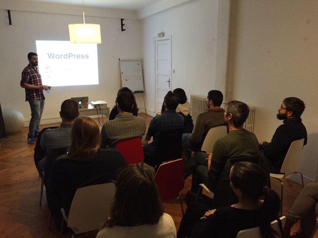 Juan Hernando hablando en la Meetup de WordPress Pontevedra